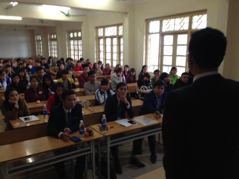 Luật sư Ngô Ngọc Trai diễn thuyết trước sinh viên